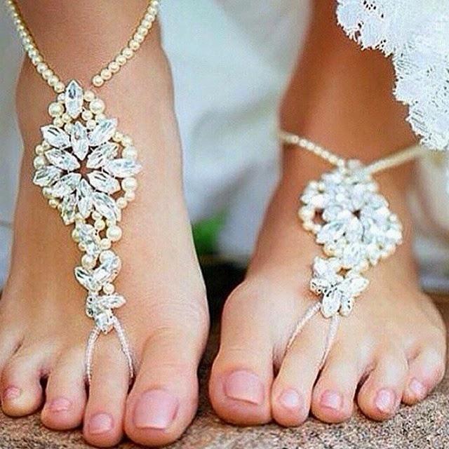25e568ddc9 2- Para as noivas que não querem ficar com os pés diretamente ligados no  chão tem a opção da rasteirinha