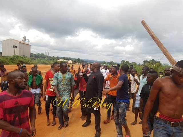 Police Officers Flee As Angry Youths Overrun Station In Anambra (Photos)