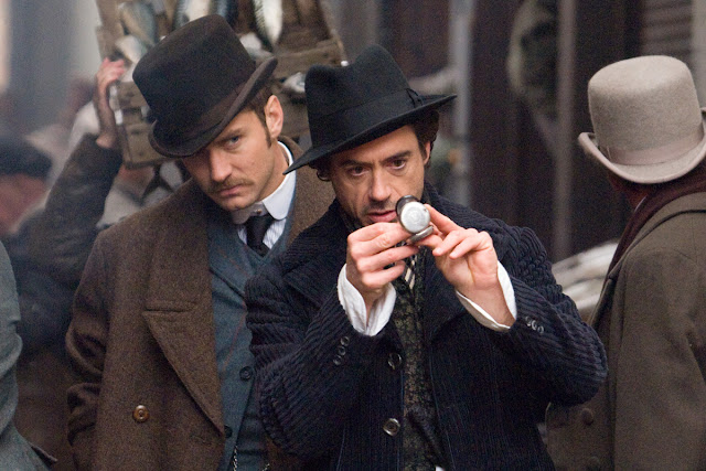 Jude Law (Dr. John Watson) et Robert Downey Jr. (Sherlock Holmes) dans Sherlock Holmes, réalisé par Guy Ritchie (2009)