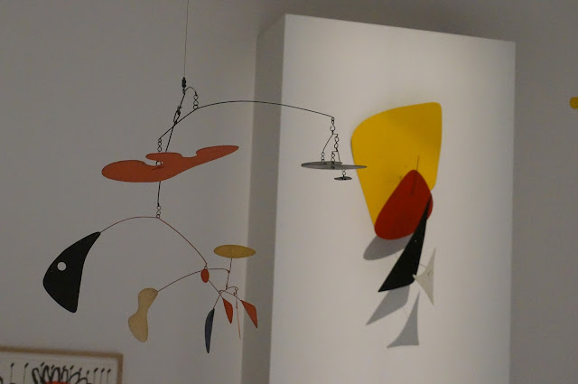 Alexander Calder - Musee Soulages  mobile 1951 fond jaune 1972