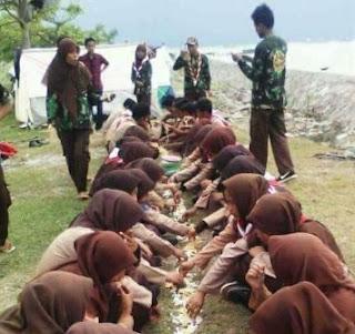 Foto Anggota Pramuka Makan di Tanah Tanpa Alas Jadi Viral