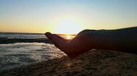 Fotografía sobre atardecer. El sol sobre una mano. By Ana Muñoz Cubero.