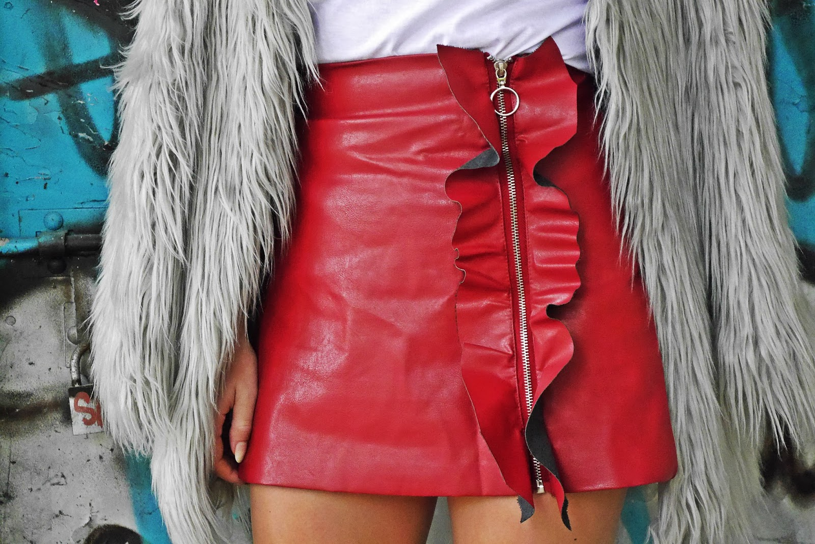 4_gray_fur_jacket_leather_red_skirt_white_top_karyn_blog_modowy_191017d