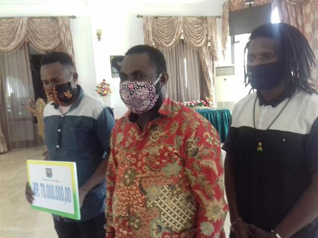 Johny Kamuru Beri Bantuan Rp70 Juta ke Himpunan Mahasiswa Moi Seluruh Indonesia (Himamsi)