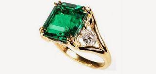 Joya con piedras preciosas. Anillo con esmeralda y pequeños diamantes
