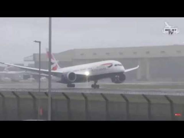 Английский самолет отбросило со взлетной полосы ураганным ветром