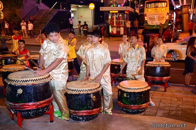 A troupe of chinese drum players livening up the atmosphere