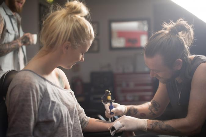 Foto de una pareja tatuando