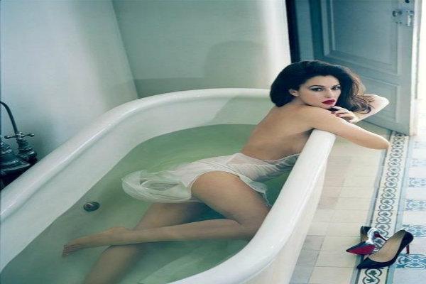 Girl pee bathtube