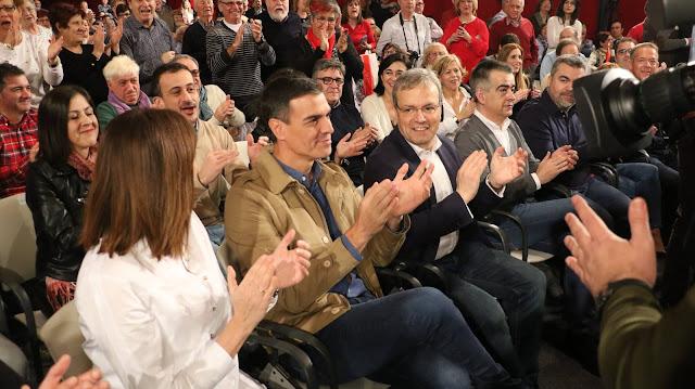 Alfredo Retortillo junto  Pedro Sánchez e Idoia Mendía el comienzo del acto político