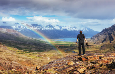 Chico haciendo trekking en un día soleado en Islandia