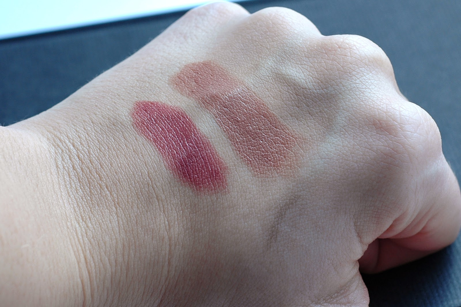 Swatches essence longlasting lipstick barely there und Maybelline Superstay Lippenstigft in Beige for Good