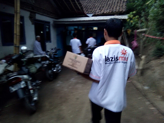Team Lazismu menuju lokasi rumah Rahma