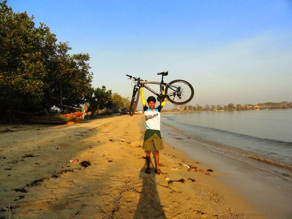 Narsis dulu bareng sepeda dipantai Pailus, Karanggondang, Jepara