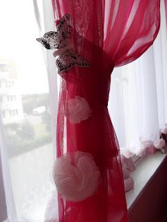 Różowa dekoracja okna, pompony DIY