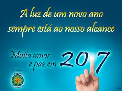 """Dedo iluminando 2017, com o texto """"A luz de um ano novo sempre está ao nosso alcance"""". Muito amor e paz em 2017. Equipe Cuidados Integrativos"""
