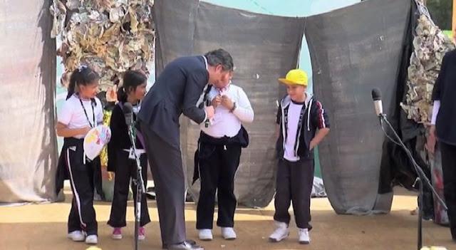 Directora suspende a niña por 'ridiculizar' a Aurelio Nuño