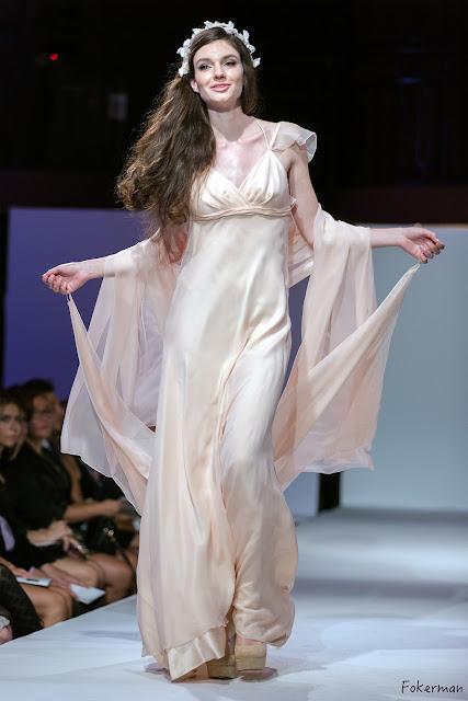 Robe de mariage fluide et légère en mousseline et satin de soie