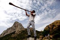 """Años atrás, mientras tocaba el didgeridoo australiano en una calle de Playa del Cármen, el músico Luis Bernardo Méndez Sánchez fue llevado a un viaje mágico que le llevó a redescubrir ese mismo instrumento en el corazón de la Selva Lacandona, en la zona Maya mexicana. Una voz interior le llevó a reencontrar la trompeta maya, conocida por los lacandones como el """"incus utop chek"""" o la trompeta """"flor de árbol""""."""