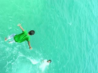 Uji Adrenalin Dengan Loncat Dari Jembatan Cinta Pulau Tidung