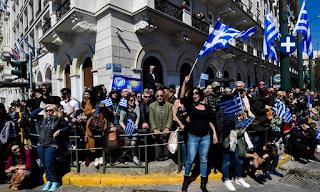 Οι πολίτες δεν σταμάτησαν να τραγουδούν για τη Μακεδονία