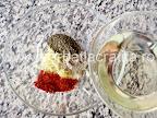 Pulpe de pui la cuptor cu cartofi preparare reteta - amestecam si uleiul pentru marinada