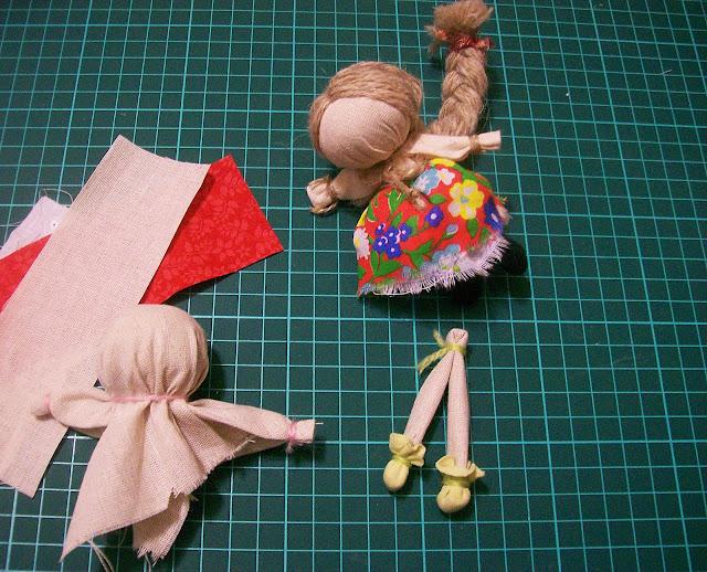 народная кукла на счастье мастер - класс от Насти: ножки с обувью готовы
