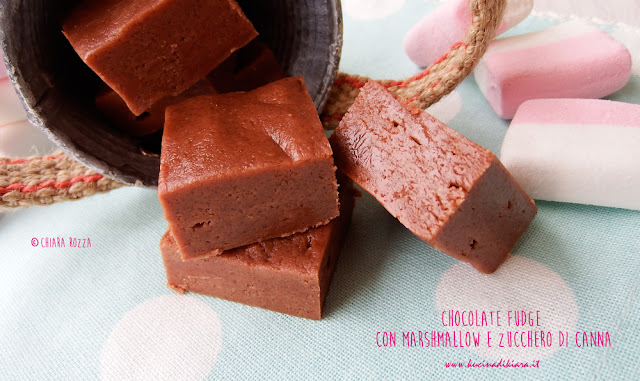 Chocolate fudge con marshmallow e zucchero di canna