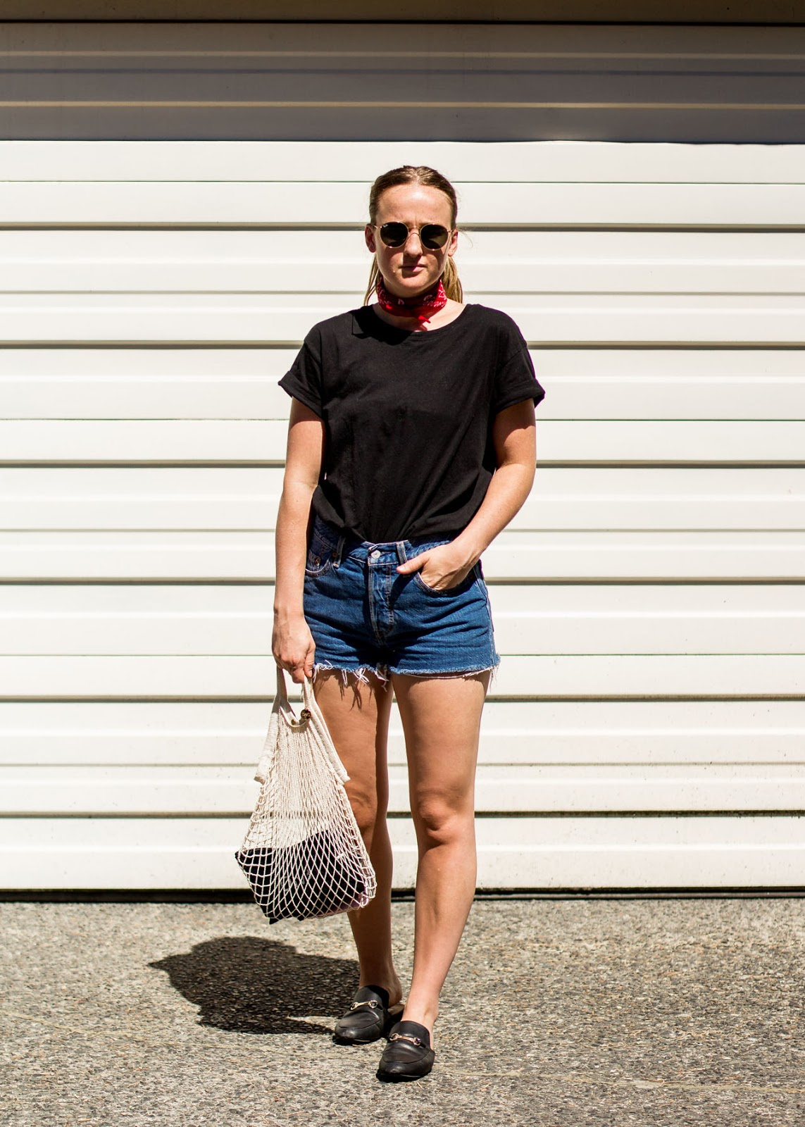 Basic t-shirt and shorts outfit - Levi's - Ray-Ban - Clare V. - Summer Style