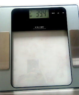 Timbangan berat badan digital yang dapat mengukur kadar lemak dan otot