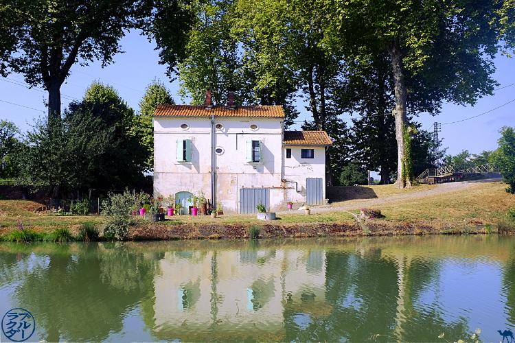 Le Chameau Bleu - Blog Voyage à Vélo dans le Tarn et Garonne - Maison Eclusière sur le Canal des Deux Mers