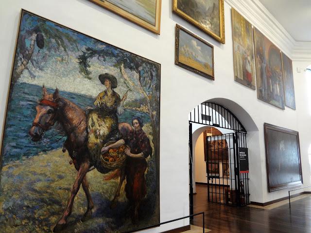 コロンビア国立博物館に飾られている壁一面の絵画