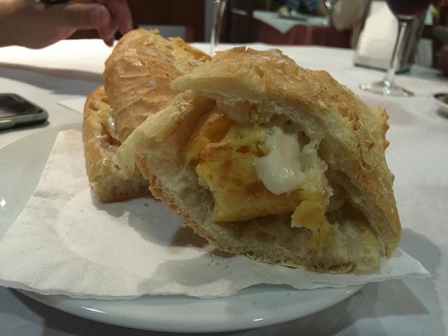 Bocadillo de tortilla de patata con allioli del restaurante la Piula