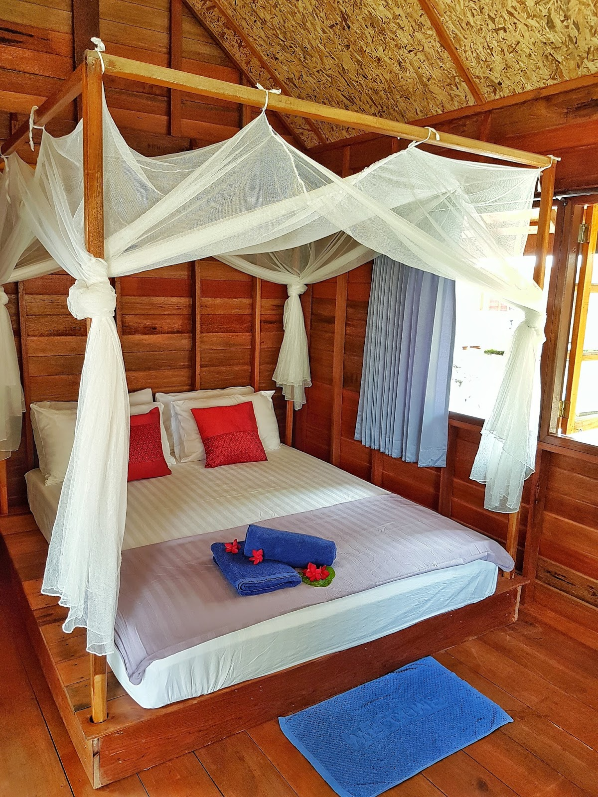 Bamboo garden rooms at lipe beach resort koh lipe - Since This Room Does Not Have Air Conditioning We Thought It Might Be A Good Idea To Put In A Lot Of Windows With Its Four Poster Double Bed And Mosquito