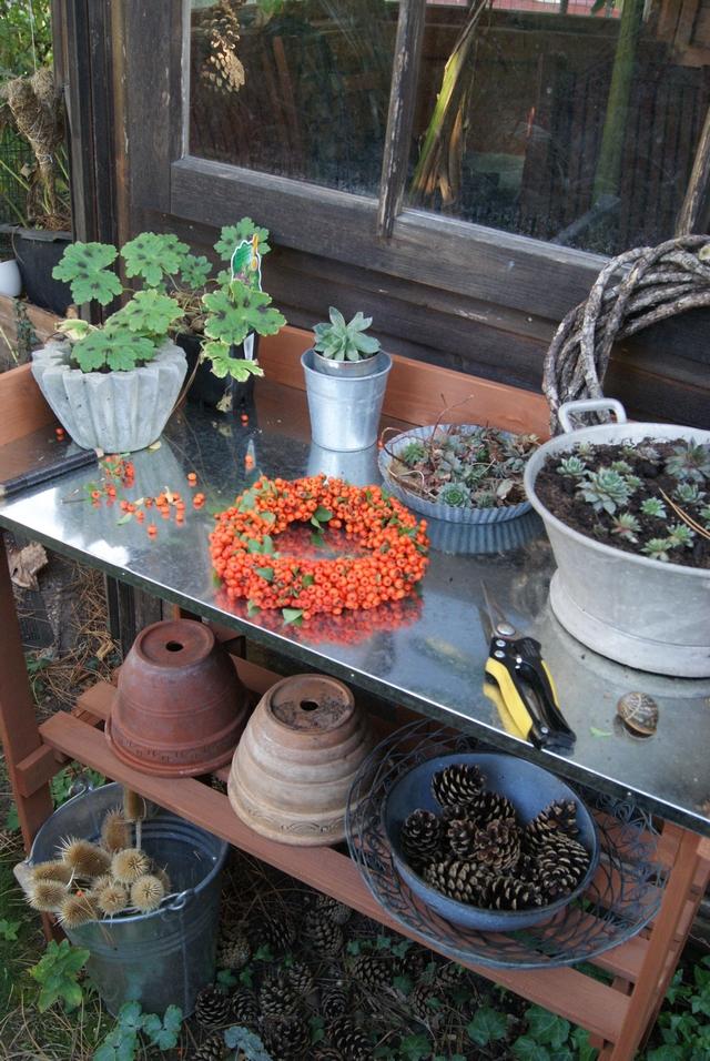 Pflanztisch an der Gartenhütte