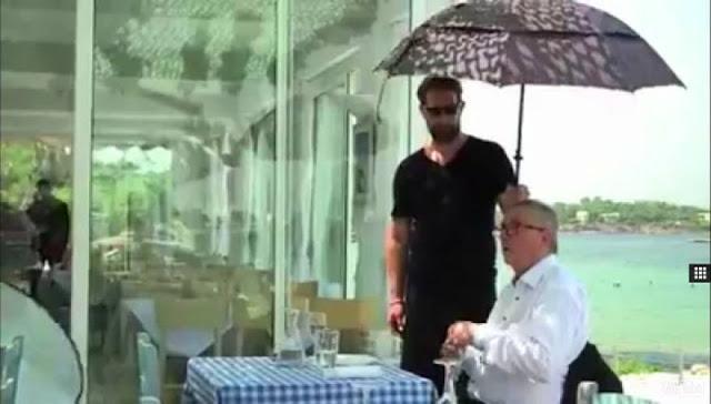 Ο Ελληνας δούλος κρατάει την ομπρέλα στον Γιουνκέρ!!! Το όραμα της Αριστεράς και της Δεξιάς..