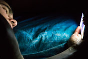 Watch out, like to see a smartphone while sleeping trigger blindness