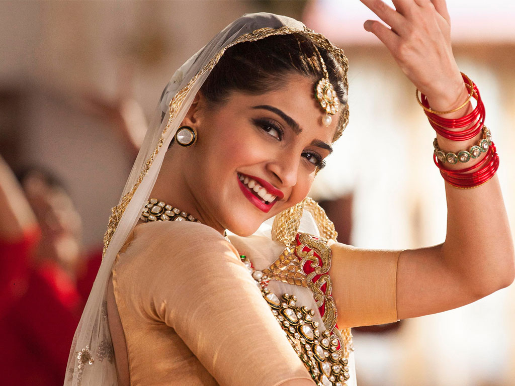 Bollywood Actress Sonam Kapoor Hot And Beautiful Wallpaper -8861