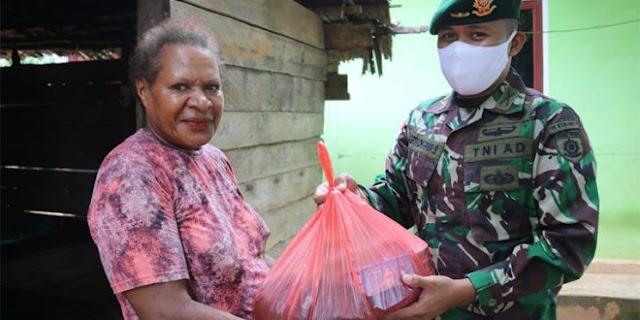 Satgas 411 Kostrad di Merauke Berikan Sembako ke Warga Sipias
