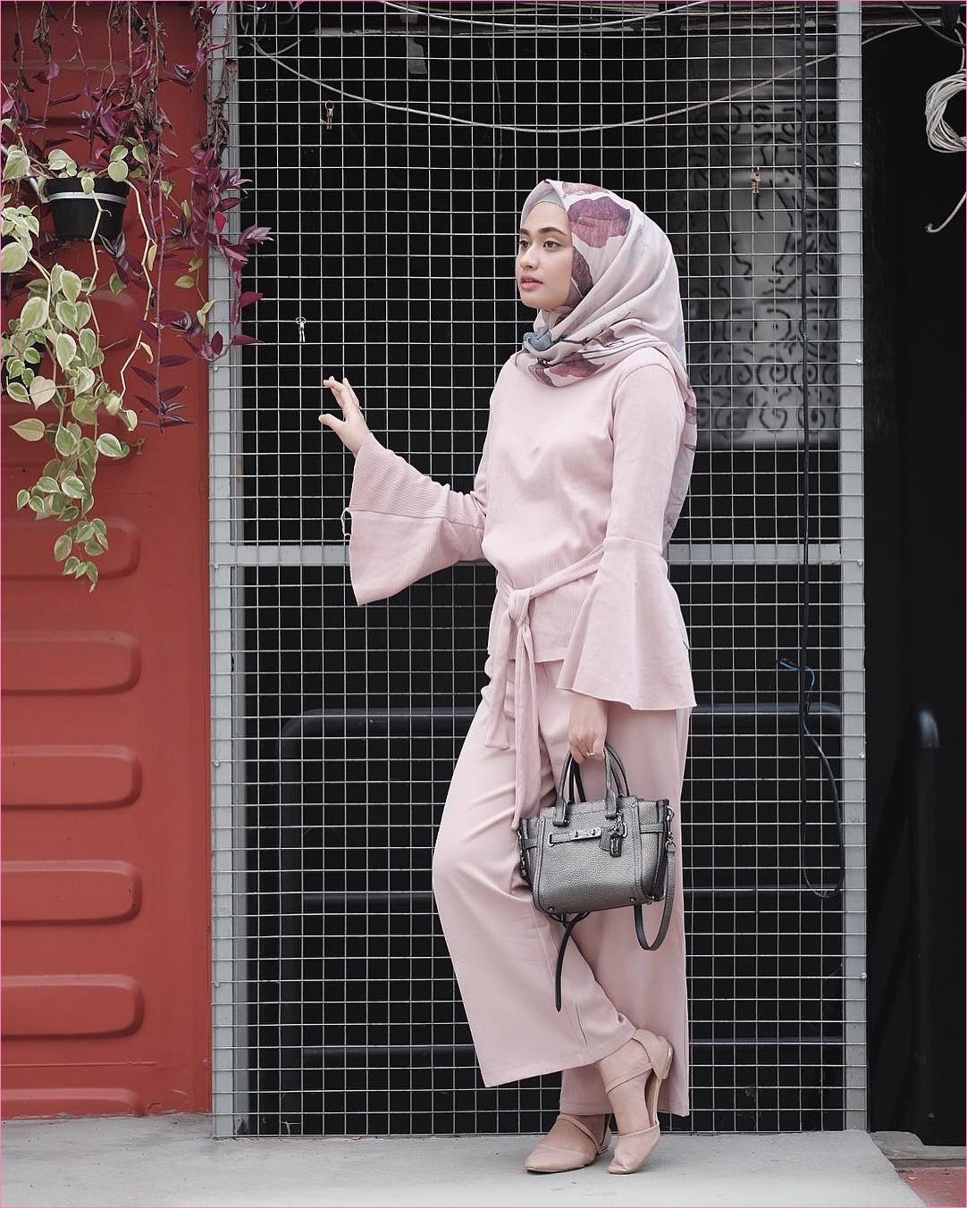 Outfit Baju Hijab Casual Untuk Ke Kantor Ala Selebgam 2018 slingbags abu tua hitam ciput rajut abu muda top blouse pita lengan terompet lebar pallazo cullotes ungu muda pastel square hijab ungu tua loafers and slip ons flatshoes gaya casual kain sutra rayon ootd outfit 2018 selebgram