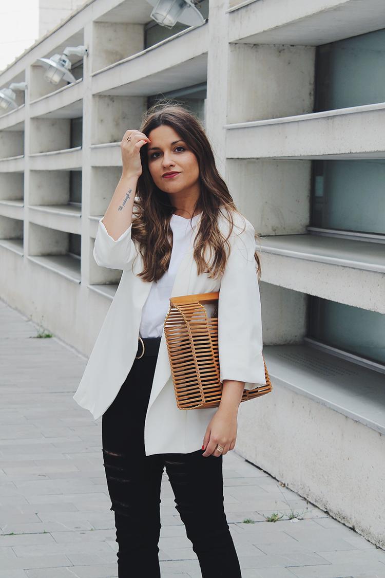 Outfit blazer blanca bolso  madera