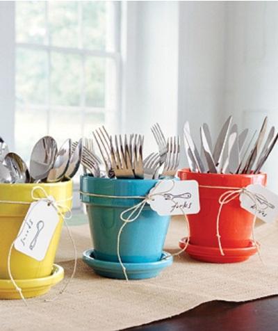 Gunakan pot terakota untuk merapikan alat-alat makan