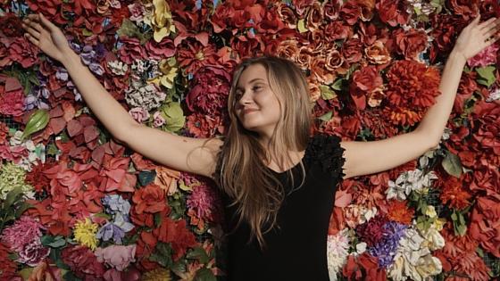 Garota entre flores