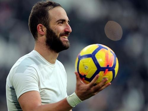 Higuain chào CĐV Juventus, đến Milan kiểm tra y tế