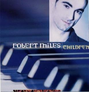 Portada del single Children de Robert Miles, 1995. La imagen muestra la cara de Robert Miles y debajo un fragmento de un piano