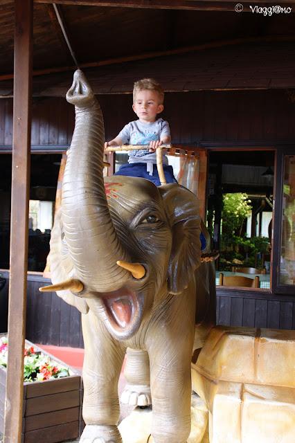 Elefante cavalcabile all'ingresso del parco