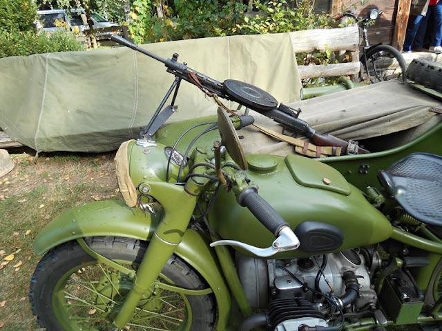 historyczne pojazdy, zielony motocykl, karabin