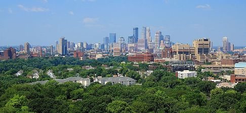 upload.wikimedia.org/wikipedia/commons/thumb/b/b6/Minneapolis_skyline_from_Prospect_Park_Water_Tower%2C_July_2014.jpg