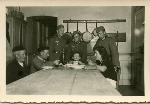 Foto antigua de una familia vasca atendiendo a tres soldados aliados gracias a la red Comète