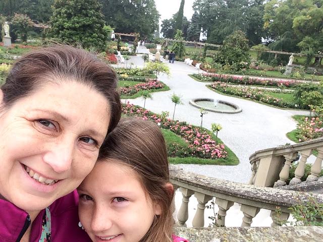 Mutter + Tochter vor dem Rosengarten der Insel Mainau
